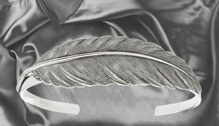 Armreif im Feder-Design von TomShot, zirka 45 Euro, über Zalando