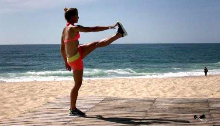 Bikini-Workout: Beinheber im Stand