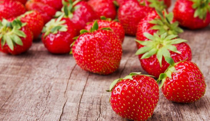 Eine Portion Erdbeeren (150 Gramm) enthält 98 Milligramm Vitamin C