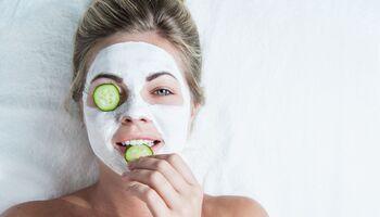Frau mit Gurkenmaske auf den Augen