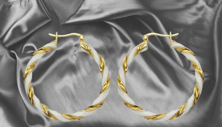 Gold-weiße Creolen von ZEEme, zirka 25 Euro, über Zalando