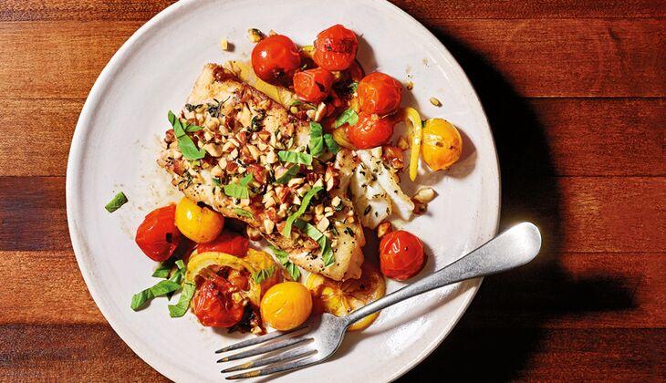 Kabeljau mit Zitrone, Mandeln und geschmorten Tomaten