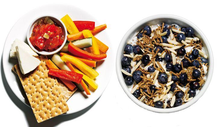 Knäckebrot mit Rohkost und Cornflakes mit Blaubeeren