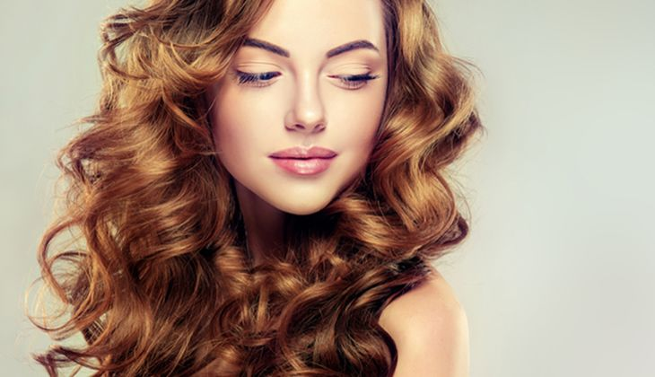 Lockige Haare brauchen spezielle Pflege, um Sprungkraft zu bekommen