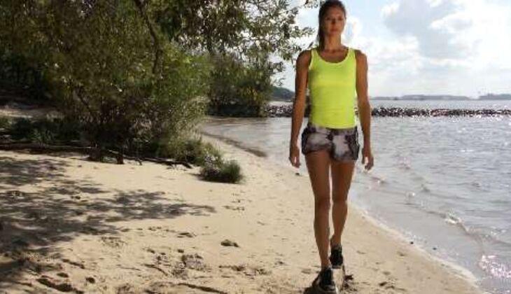 Outdoor-Workout: Balanceakt auf dem Baumstamm