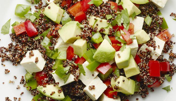 Pikanter Tofu mit Quinoa-Avocado-Salat
