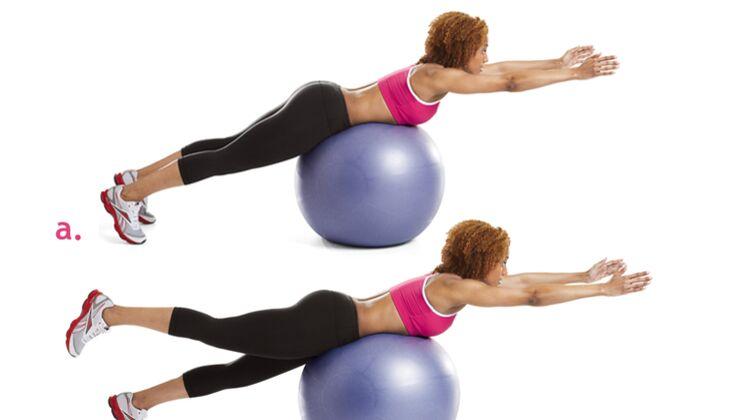 Rumpf-Workout: Rückenstrecken mit Beinheben