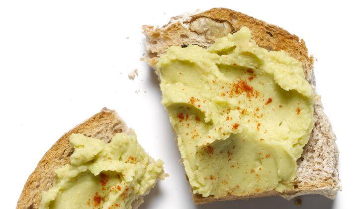 Sandwich mit Avocado-Hummus