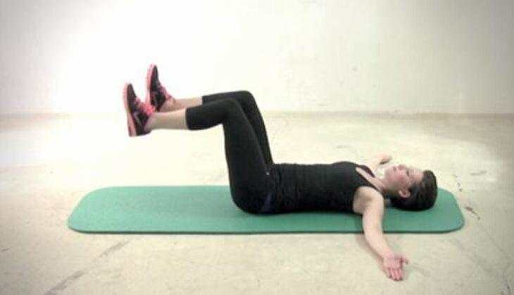 Sexy-Bauch-Workout: Wechselseitiges Beinstrecken