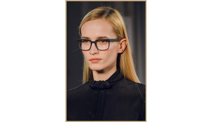 Sleek Frisur mit Brille als Accessoire