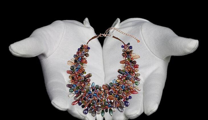 Statement-Collier aus Glasssteinen von Apart, zirka 70 Euro, über Zalando