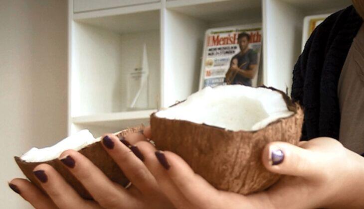 Wir zeigen Ihnen, wie Sie in nur 7 Sekunden eine Kokosnuss knacken – und wie nicht