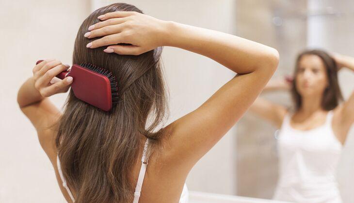 Ziemlich beunruhigend, wenn immer mehr Haare im Kamm hängen bleiben