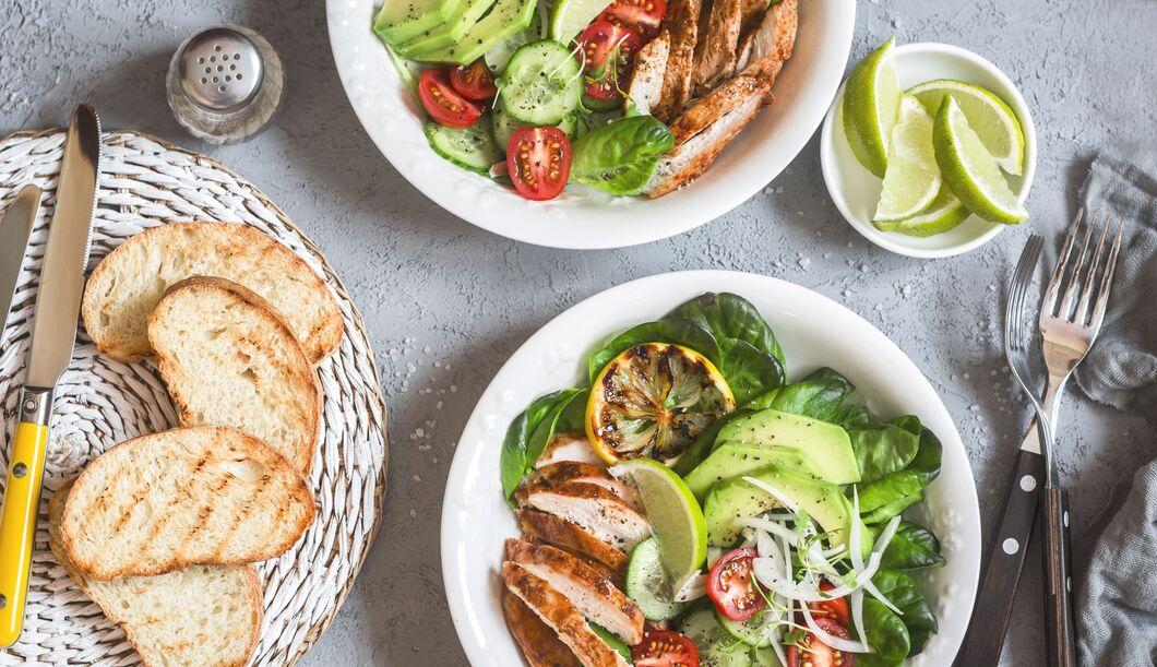 Diese 5 Zutaten verwandeln jeden Salat in eine Kalorienbombe