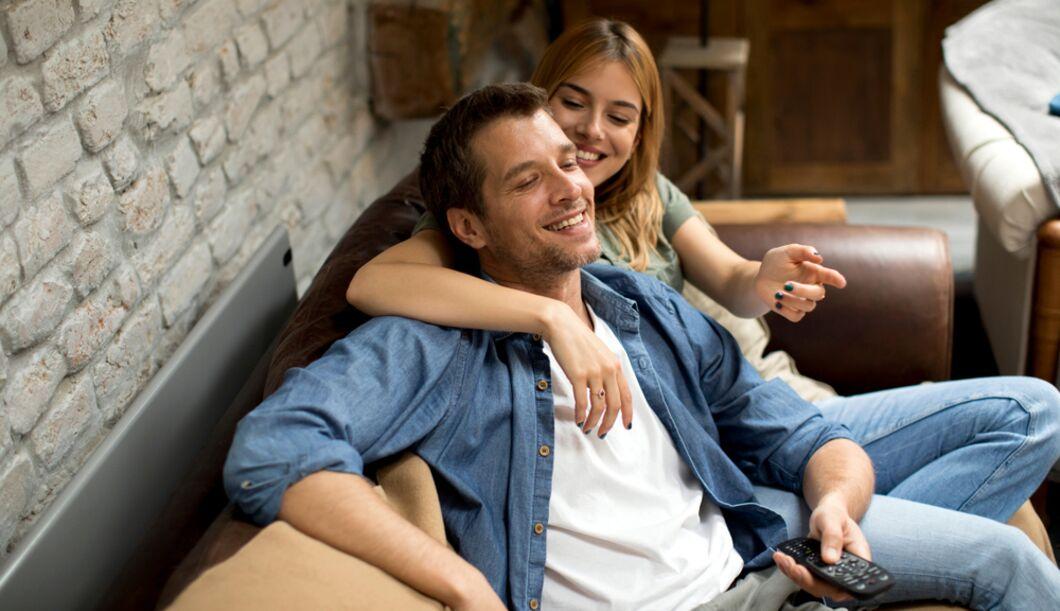 Gemeinsam Serien schauen ist gut für die Paarbeziehung
